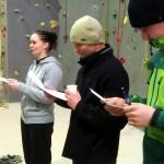 Vægklatreinstruktører-aspiranterne underviser under kyndig opsyn af den erfarne VKI'er